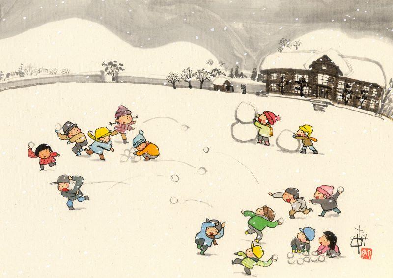 雪が積もった校庭で雪だるま作ったり、雪合戦で遊びます。山も木造校舎もみんな綿帽子をかぶったように雪が積もってます。