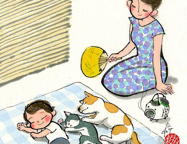 子供とネコとワンちゃんが同じ格好をして夏の昼下がりにお昼寝。お母さんは微笑みながらうちわで風を送ってくれる。